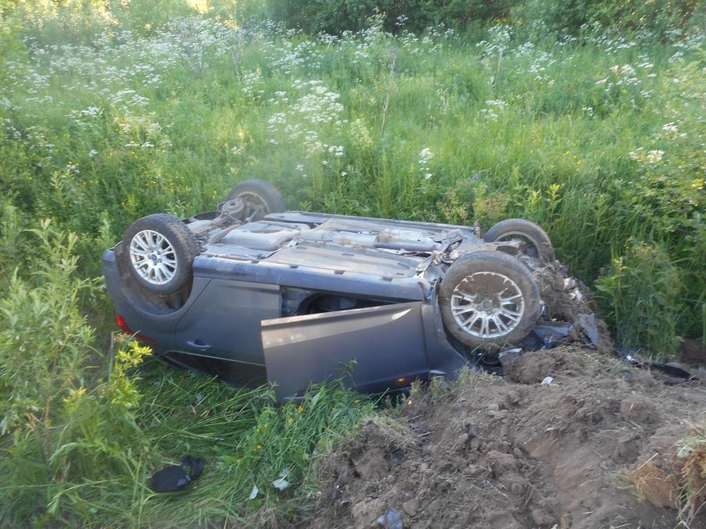 В Ярославской области иномарка перевернулась в кювет: есть пострадавшие