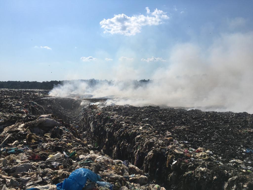 На полигоне в Рыбинском районе продолжают тушить тлеющие участки