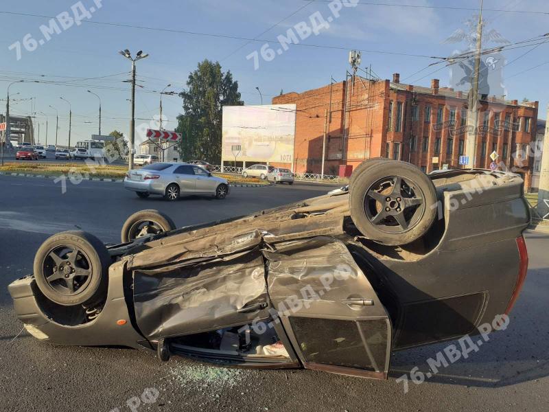 Машина с ребенком перевернулась на крышу: в Рыбинске в ДТП пострадали четыре человека