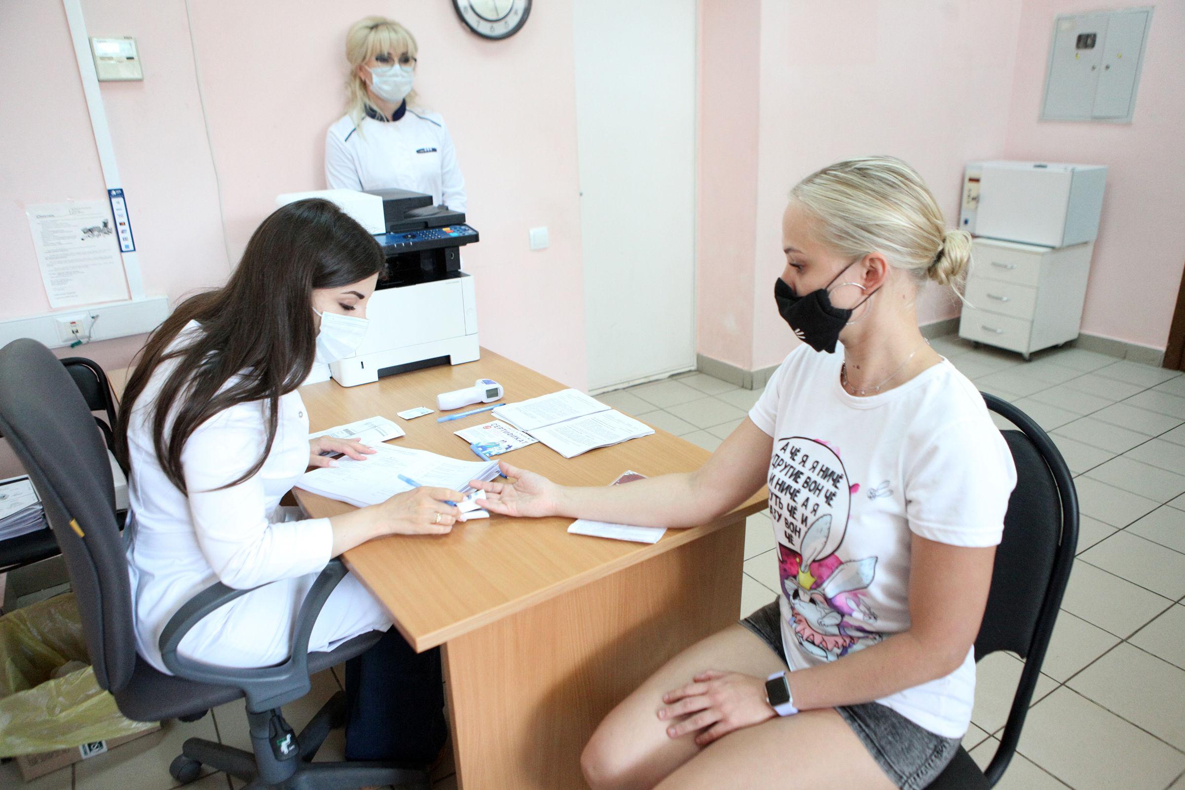 Кого обойдут «ухань» и «дельта»: ярославский медик – о новых штаммах, выборе вакцин и схемах лечения