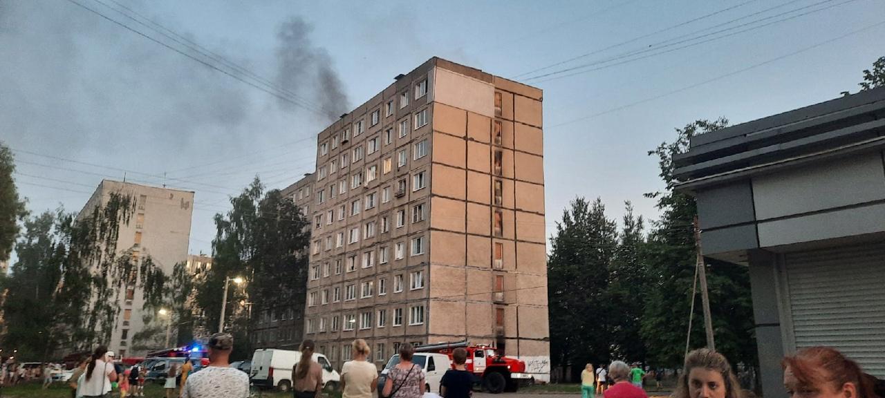 Из многоэтажного здания в Заволжском районе Ярославля из-за пожара эвакуировали жильцов: есть погибший