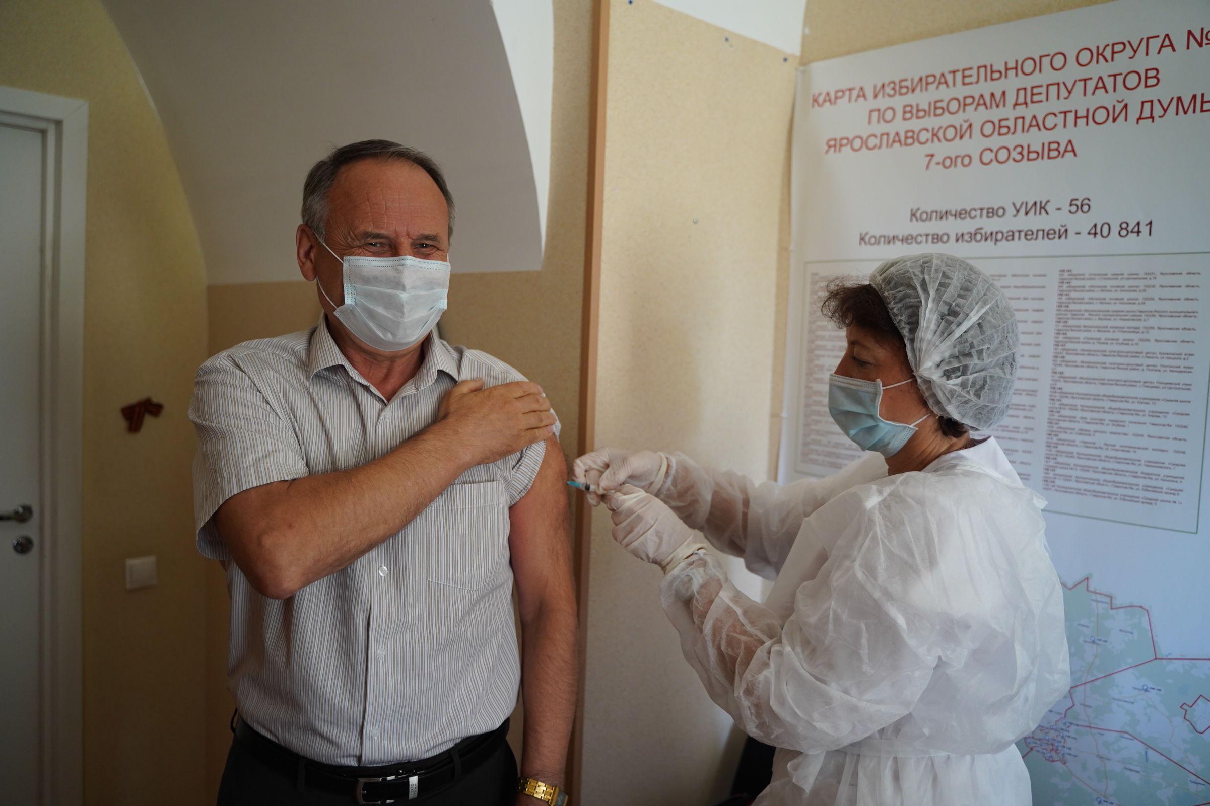 Депутаты областной Думы прошли второй этап вакцинации