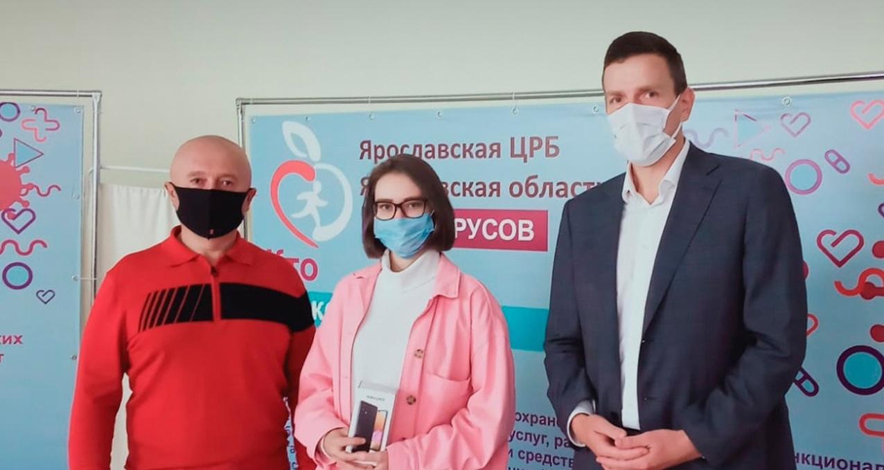 Прошедшие вакцинацию в торговом центре ярославцы выиграли смартфоны