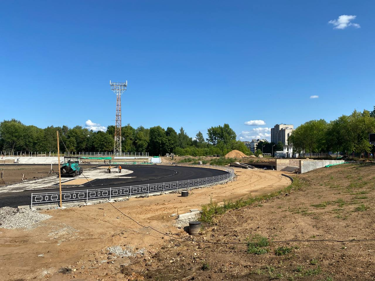 В Рыбинске на стадионе «Сатурн» начали асфальтировать дорожки и обустраивать зону для зрителей