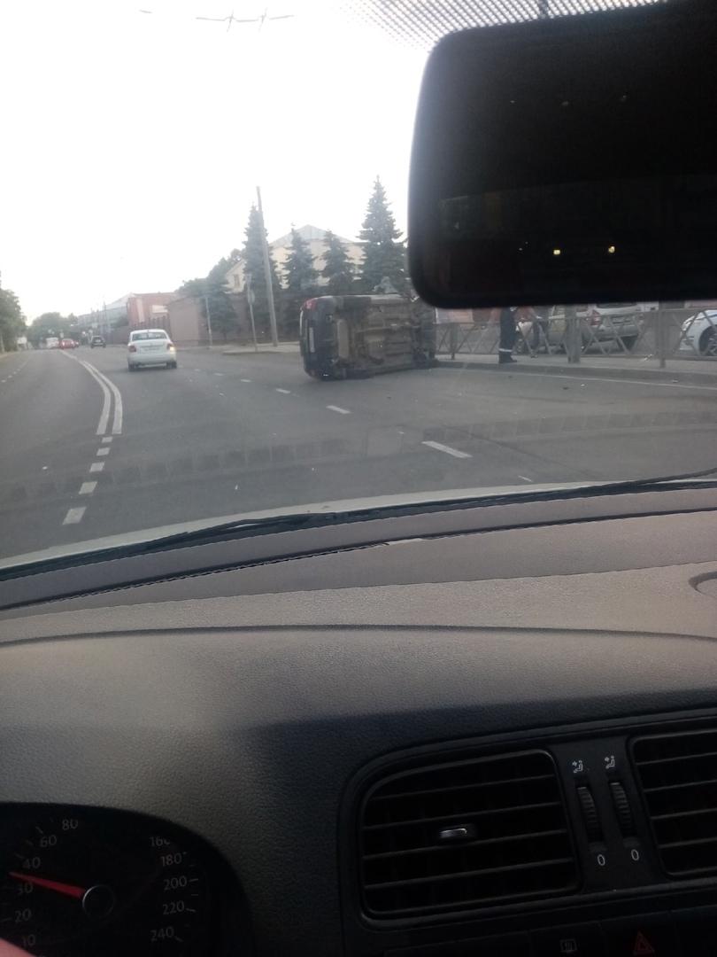 В Ярославле на дороге перевернулся внедорожник