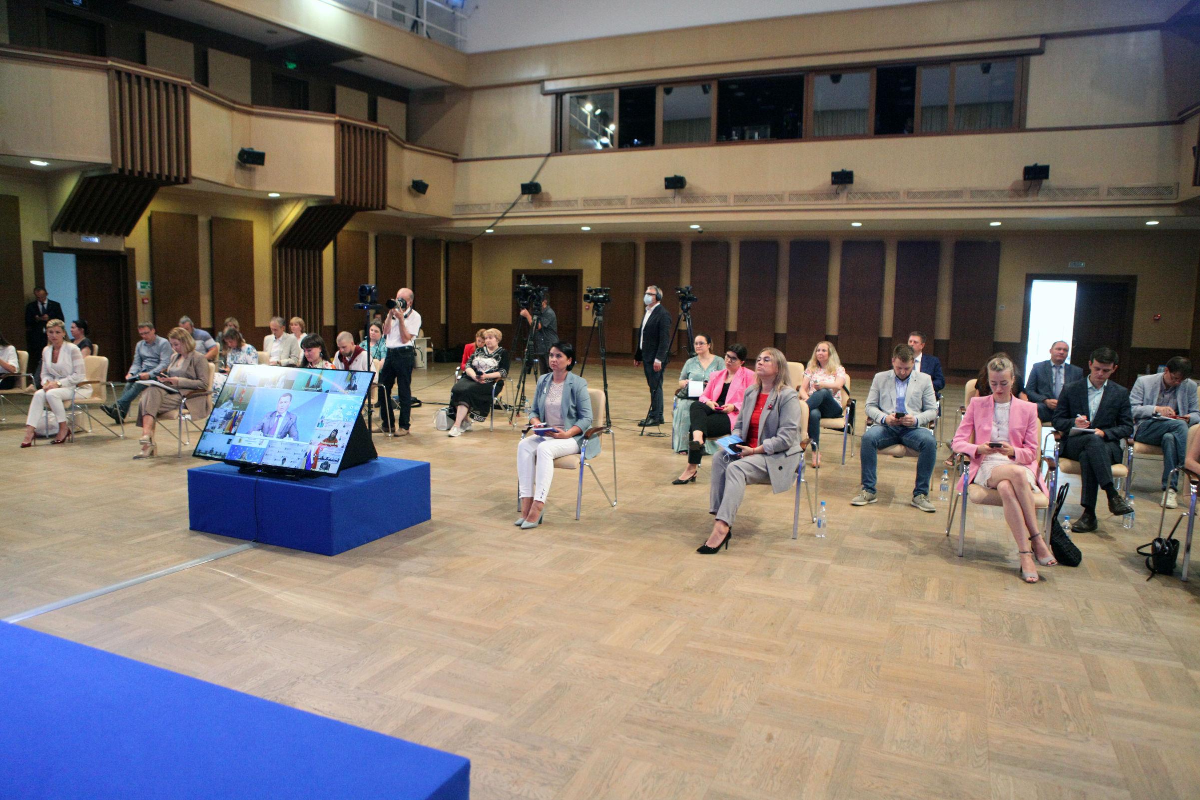 Более 40 журналистов приняли участие в пресс-конференции Дмитрия Миронова
