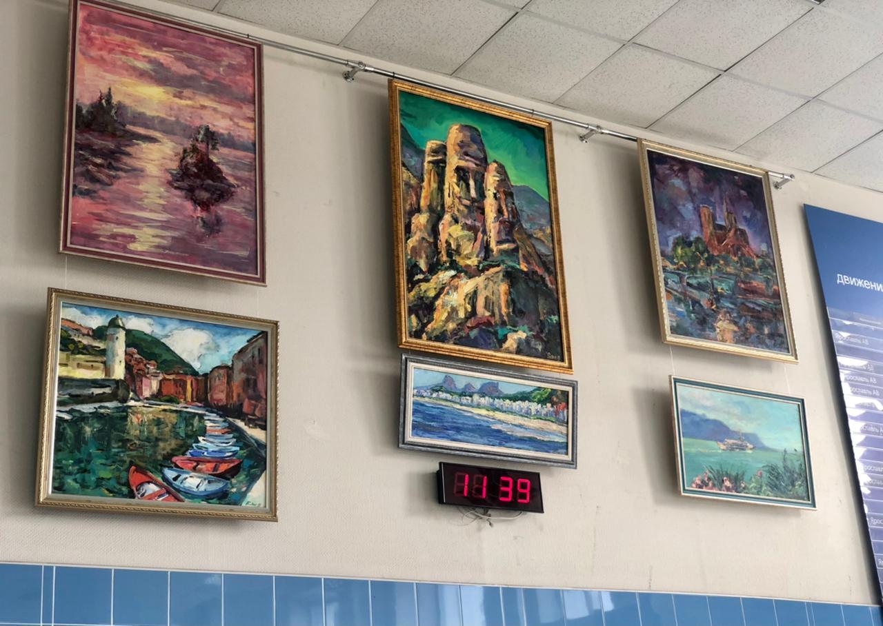 Выставка картин «Искусство в движении» открылась на автовокзале Ярославль