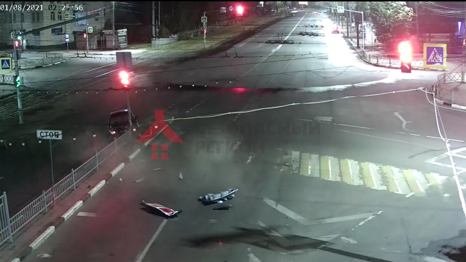 В сети появилось видео, как легковушка снесла светофор в центре Ярославля