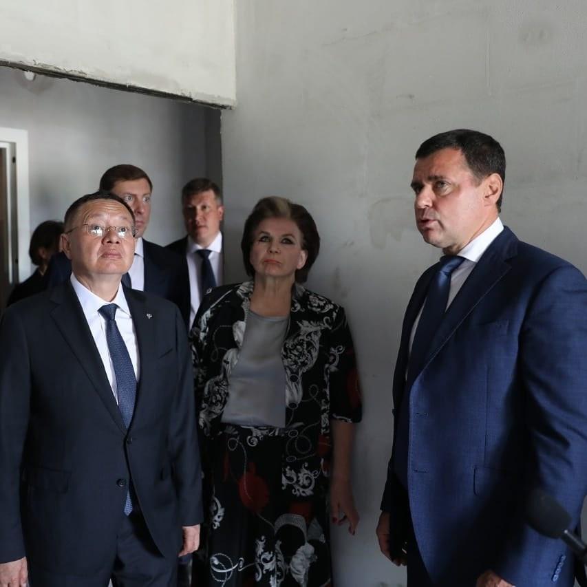 Дмитрий Миронов: вместе с главой Минстроя передали разрешение на ввод жилого дома на проспекте Фрунзе