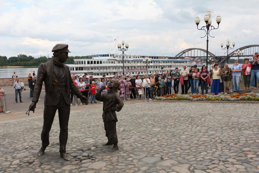 В Рыбинске открыли скульптуры Остапа Бендера и мальчика-беспризорника из фильма «12 стульев»