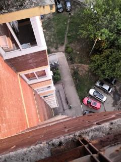 В Ярославле 23-летний молодой человек выпал из окна многоэтажки