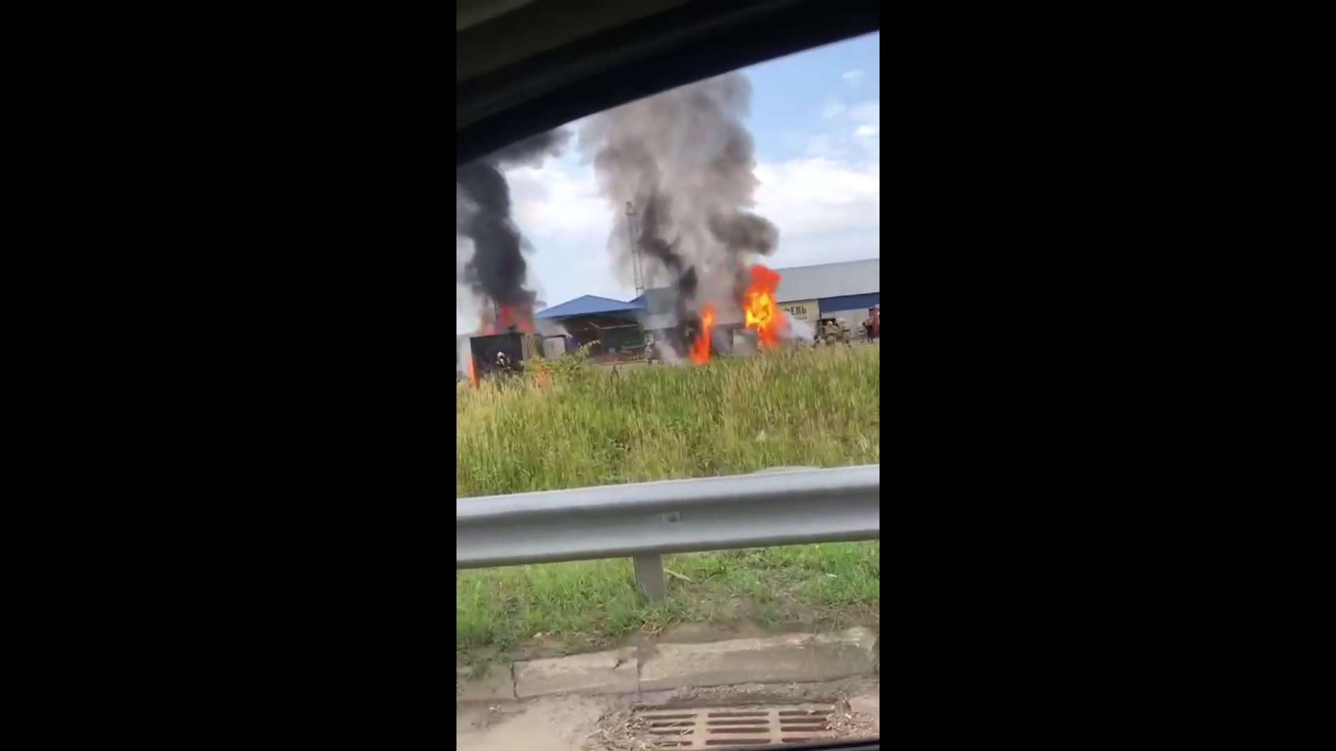 В Ярославле вспыхнули грузовик и гараж на овощной базе