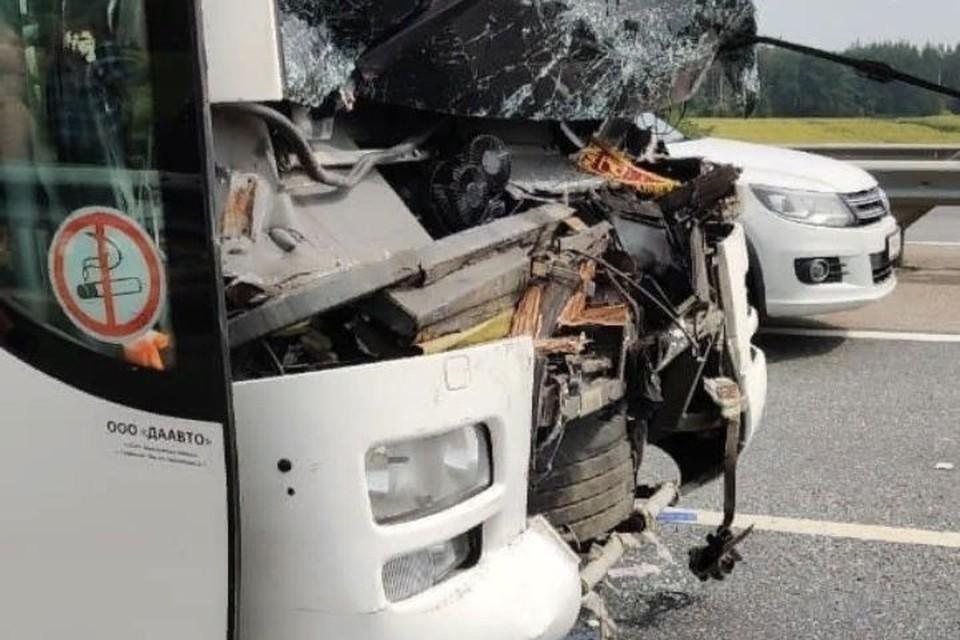 Туристический автобус из Ярославля столкнулся с фурой по пути в Крым: студенты не пострадали