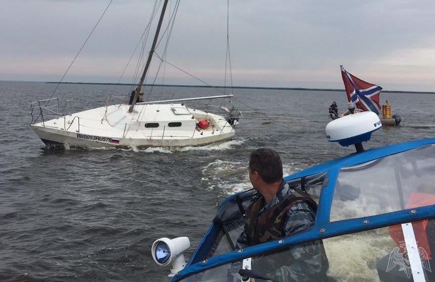 На Рыбинском водохранилище яхта села на мель и начала тонуть