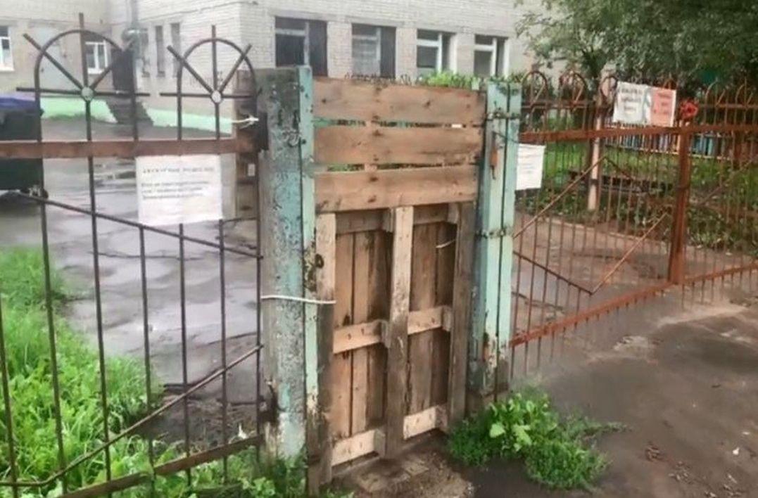 «Мне почему-то не до смеха»: мэр Ярославля отреагировал на сообщения о поддоне вместо калитки детского сада