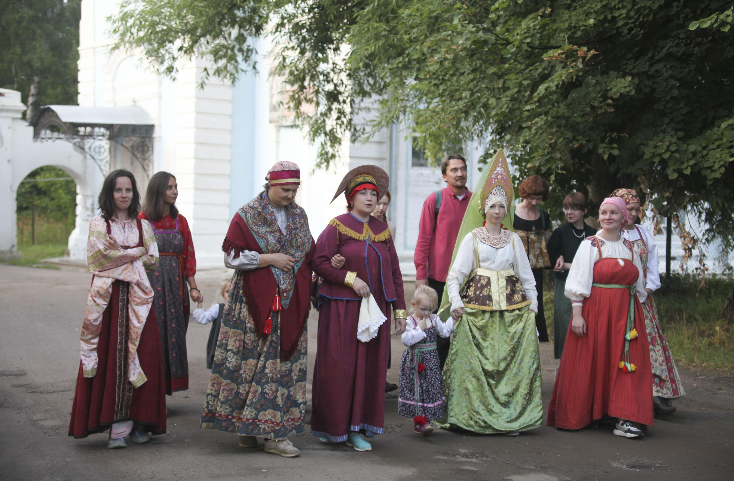 В Петропавловском парке состоялся модный показ под названием «Космический кокошник»