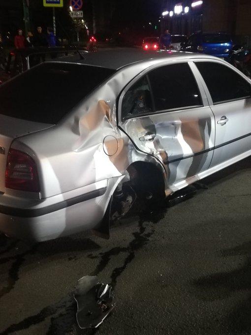 У иномарки оторвалось колесо: в центре Ярославля ночью мотоциклист влетел в легковушку