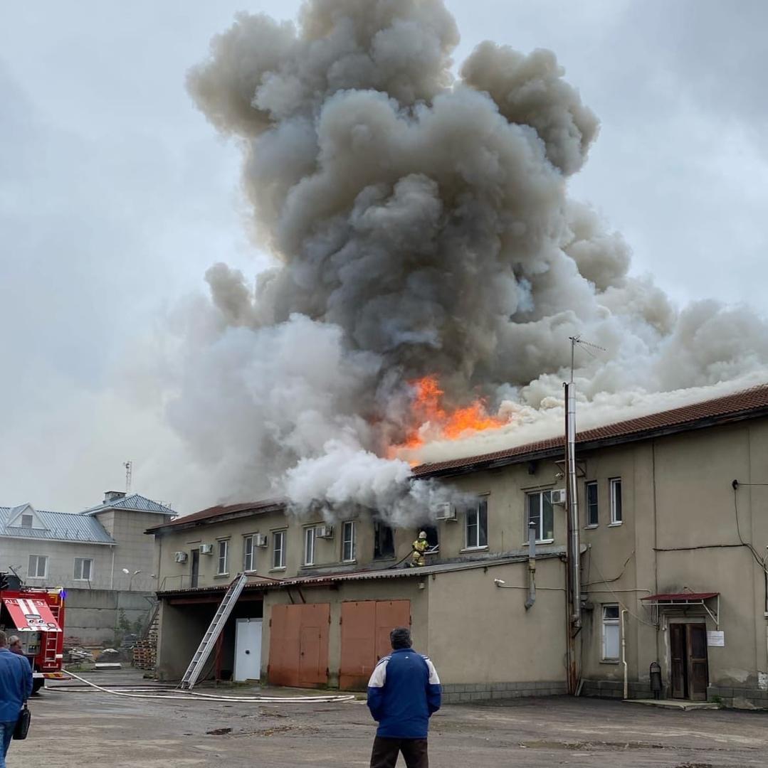 Столб дыма виден из центра города: в Ярославле напротив Стрелки горит офисное здание