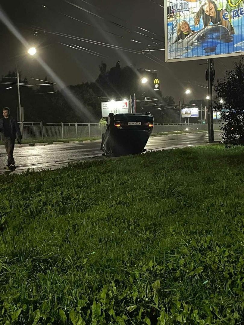 На Московском проспекте в Ярославле легковушка перевернулась на крышу