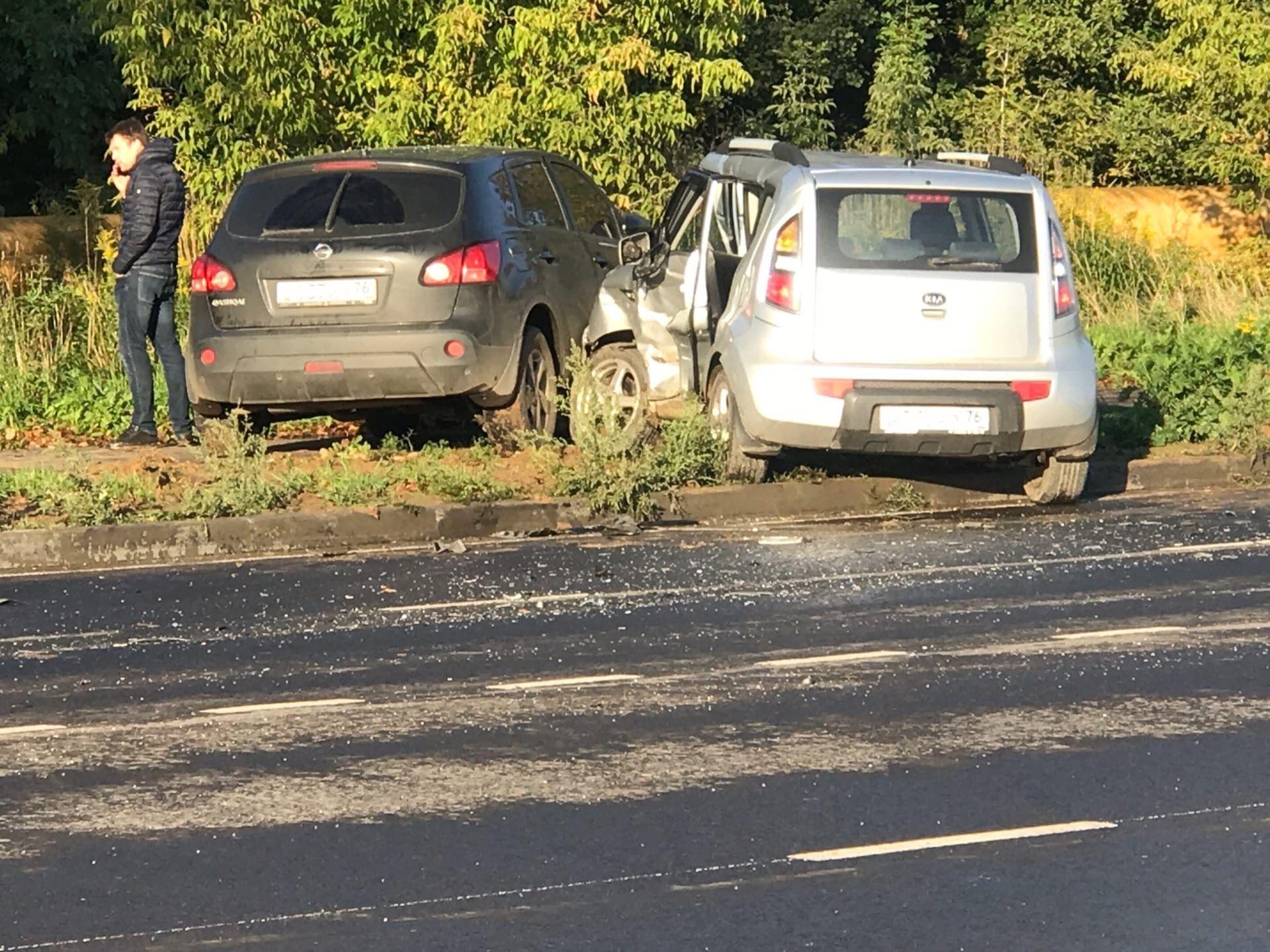 В Ярославле после аварии женщину-водителя увезли на скорой