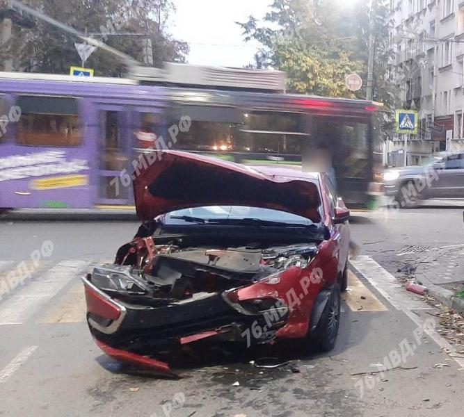 В аварии в центре Ярославля пострадала женщина-водитель
