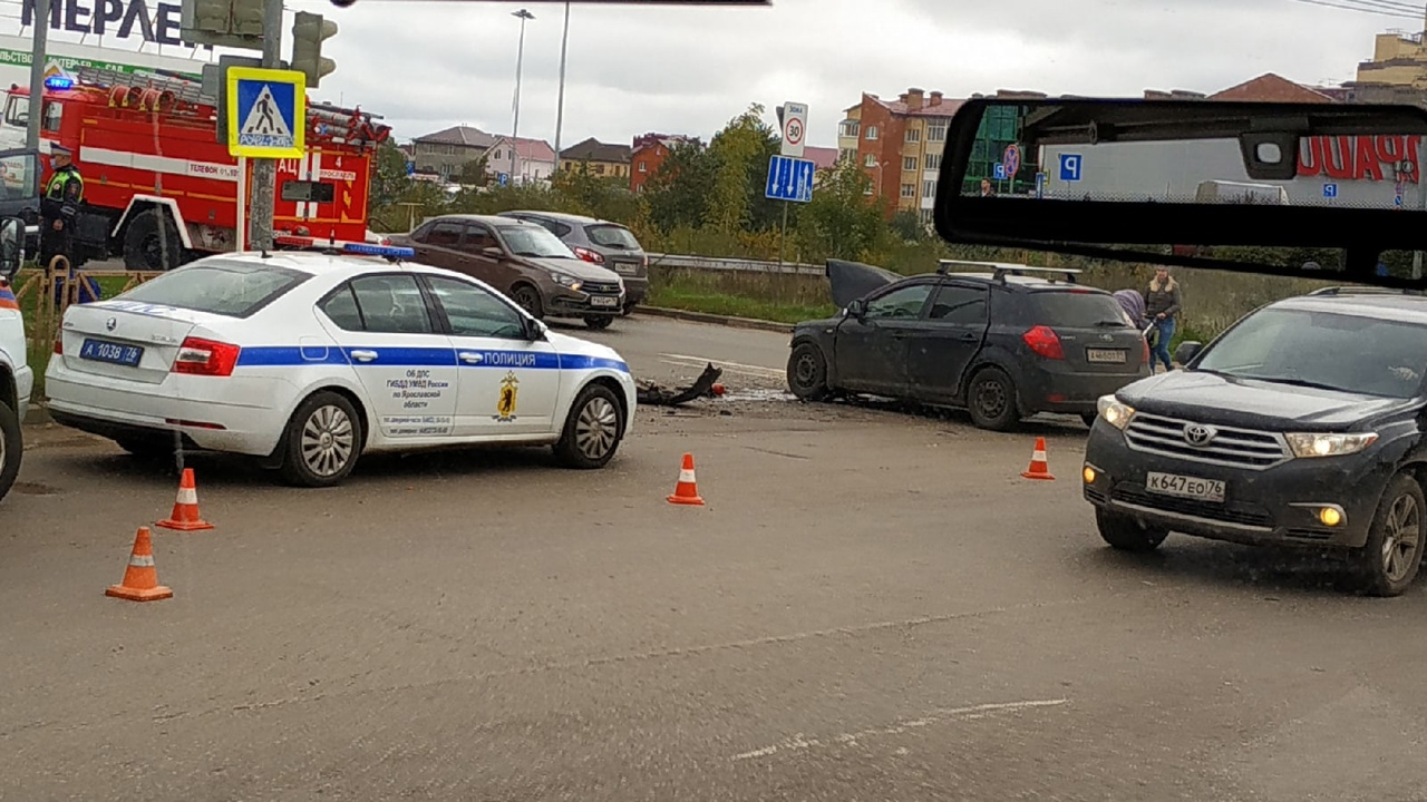 Вырезали дверь, чтобы достать пострадавших: в Ярославле произошло ДТП на проспекте Машиностроителей