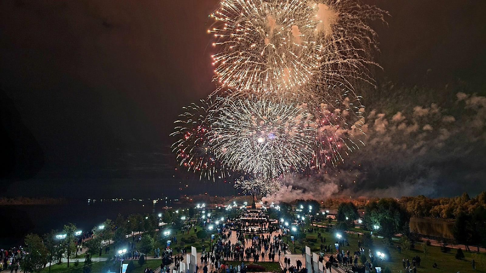 Ярославцы выкладывают в соцсетях видео праздничного салюта