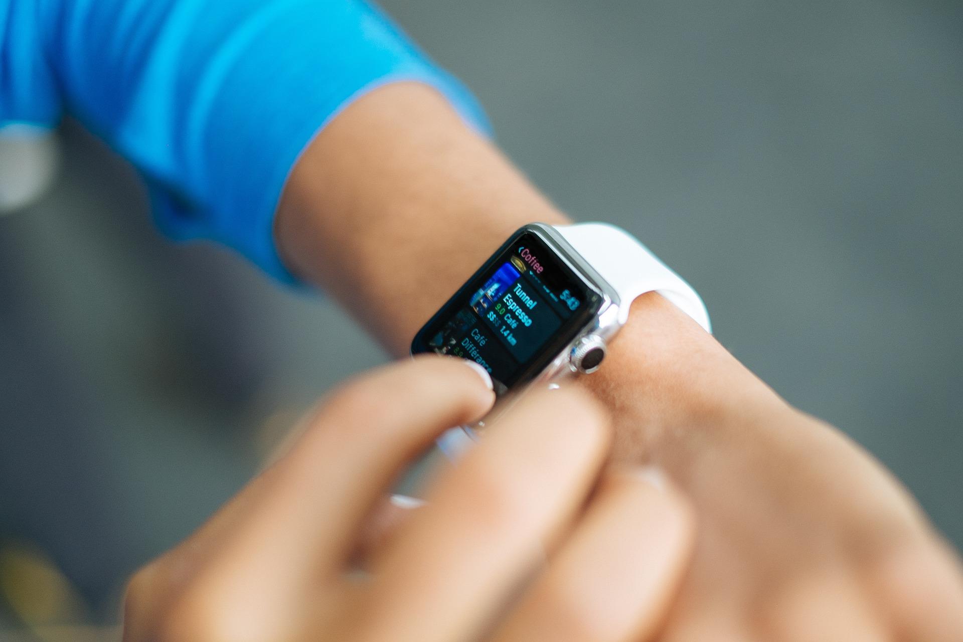 В этом году в два раза больше школьников стали носить умные часы