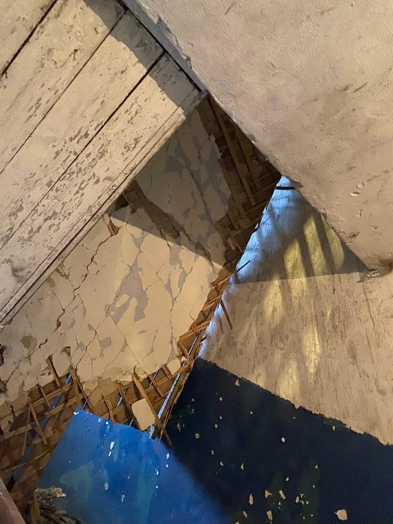 В жилом доме Рыбинского района обвалился потолок: прокуратура организовала проверку