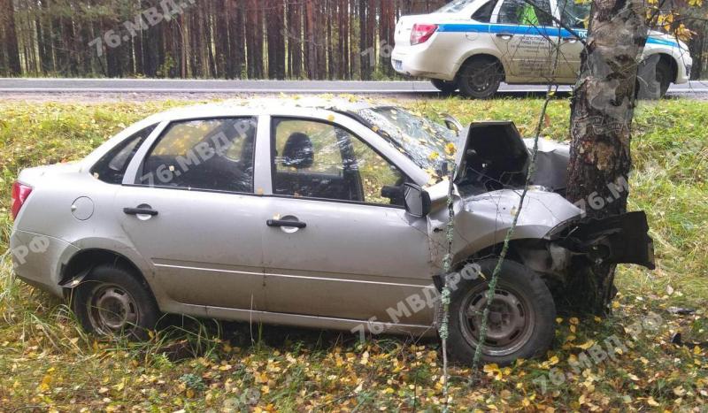 Под Ярославлем мужчина на «Ладе» съехал в кювет и врезался в дерево
