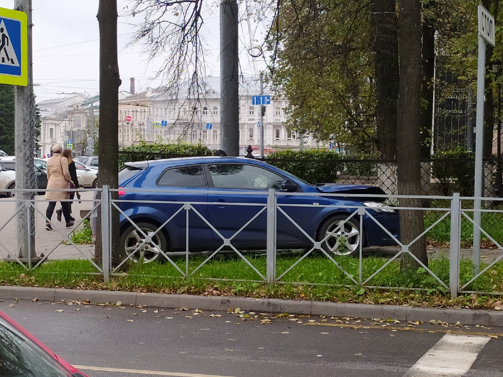 Машина вылетела на тротуар: на площади Волкова в центре Ярославля столкнулись две иномарки