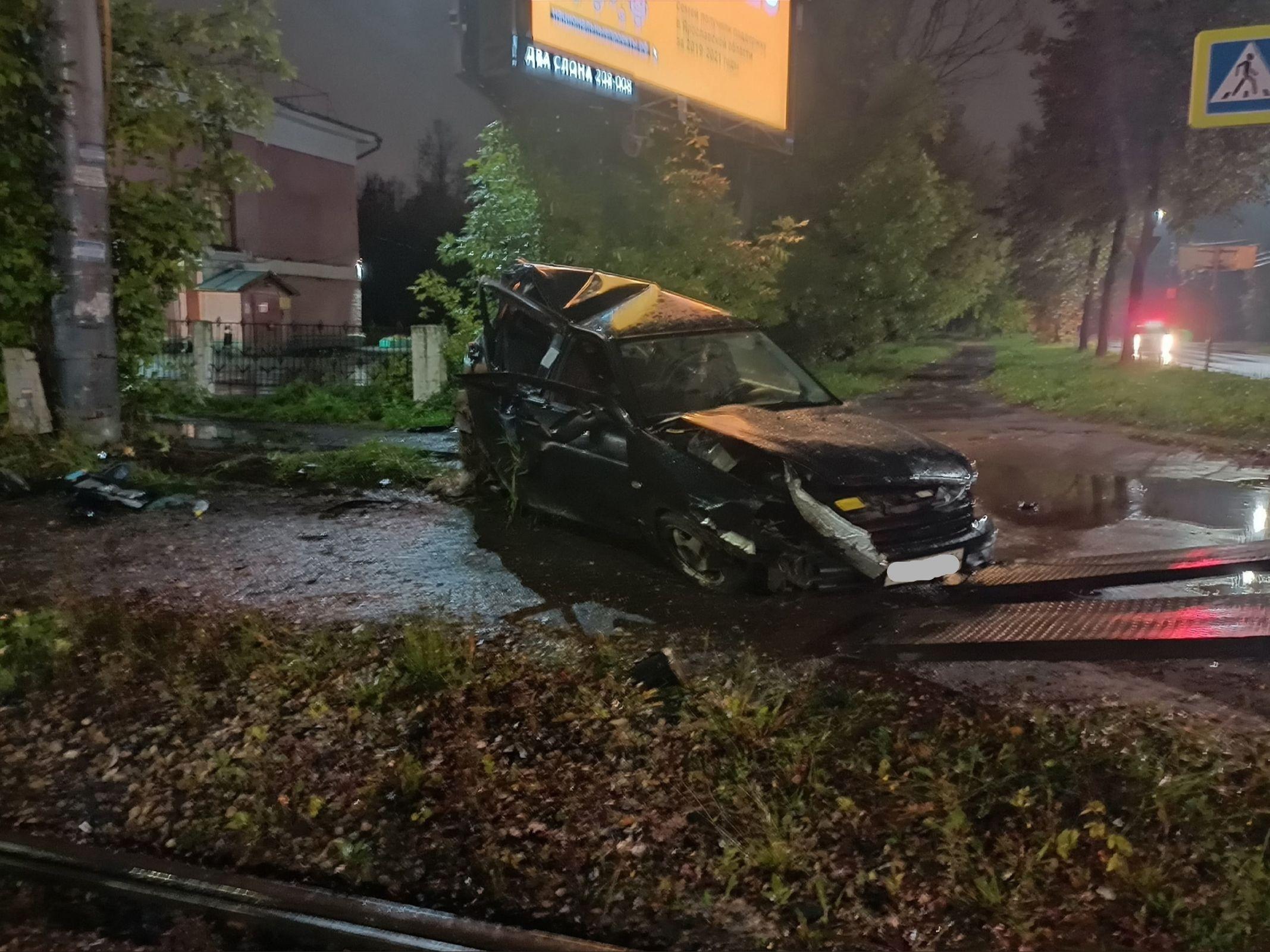 Ночью на проспекте Октября в Ярославле легковушка влетела в столб и перевернулась