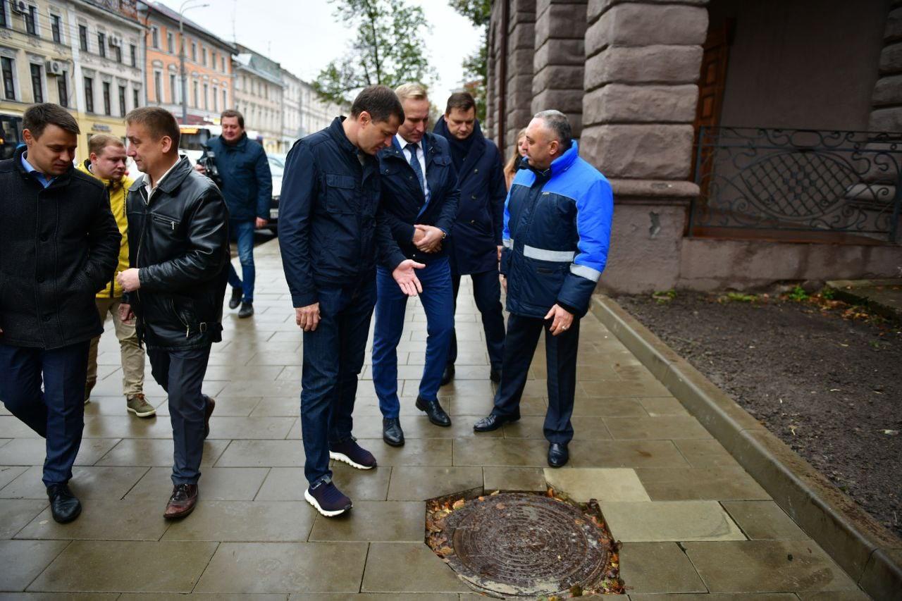 В Ярославле перенесут срок сдачи улицы Комсомольской из-за плитки у люков