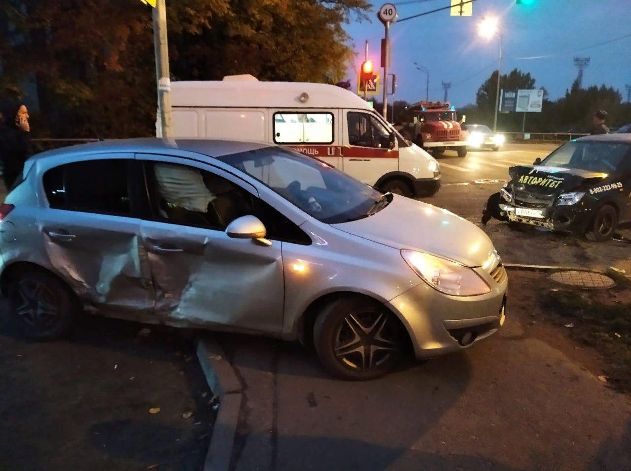 В Рыбинске произошла авария с участием машины автошколы: пострадали два человека