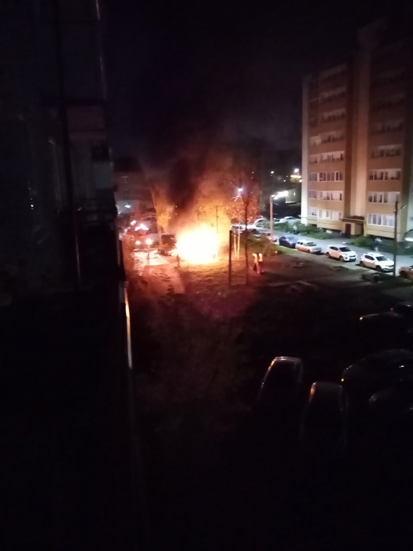 В ярославском дворе ночью полностью сгорел автомобиль
