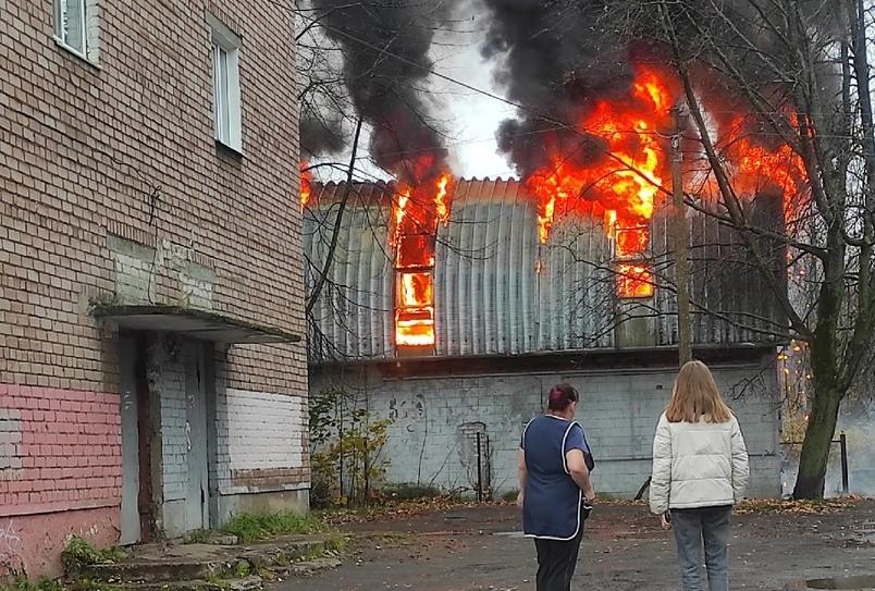В сети появились кадры пожара в Ярославле: на Пятерке полыхал заброшенный дом