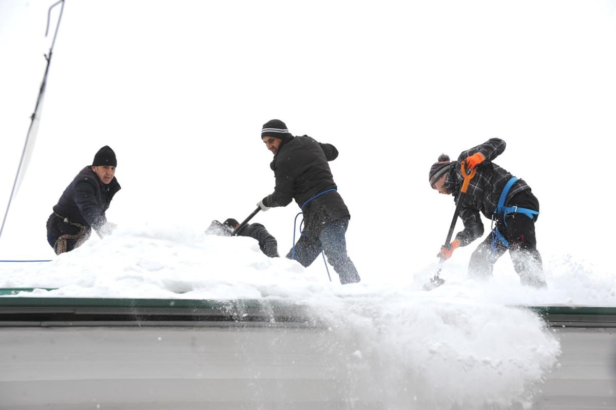 Пора валить. Промышленные альпинисты помогают управдомам в очистке крыш