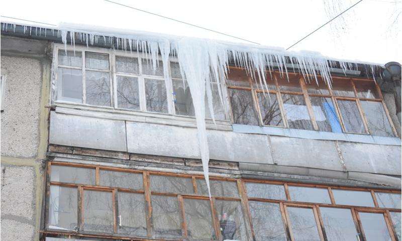 В Ярославле лед с крыши упал на восьмилетнюю девочку: ребенок в реанимации