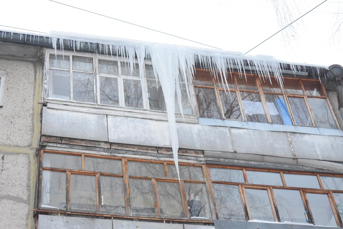 Прокуратура требует убрать сосульки с крыш домов в Дзержинском районе