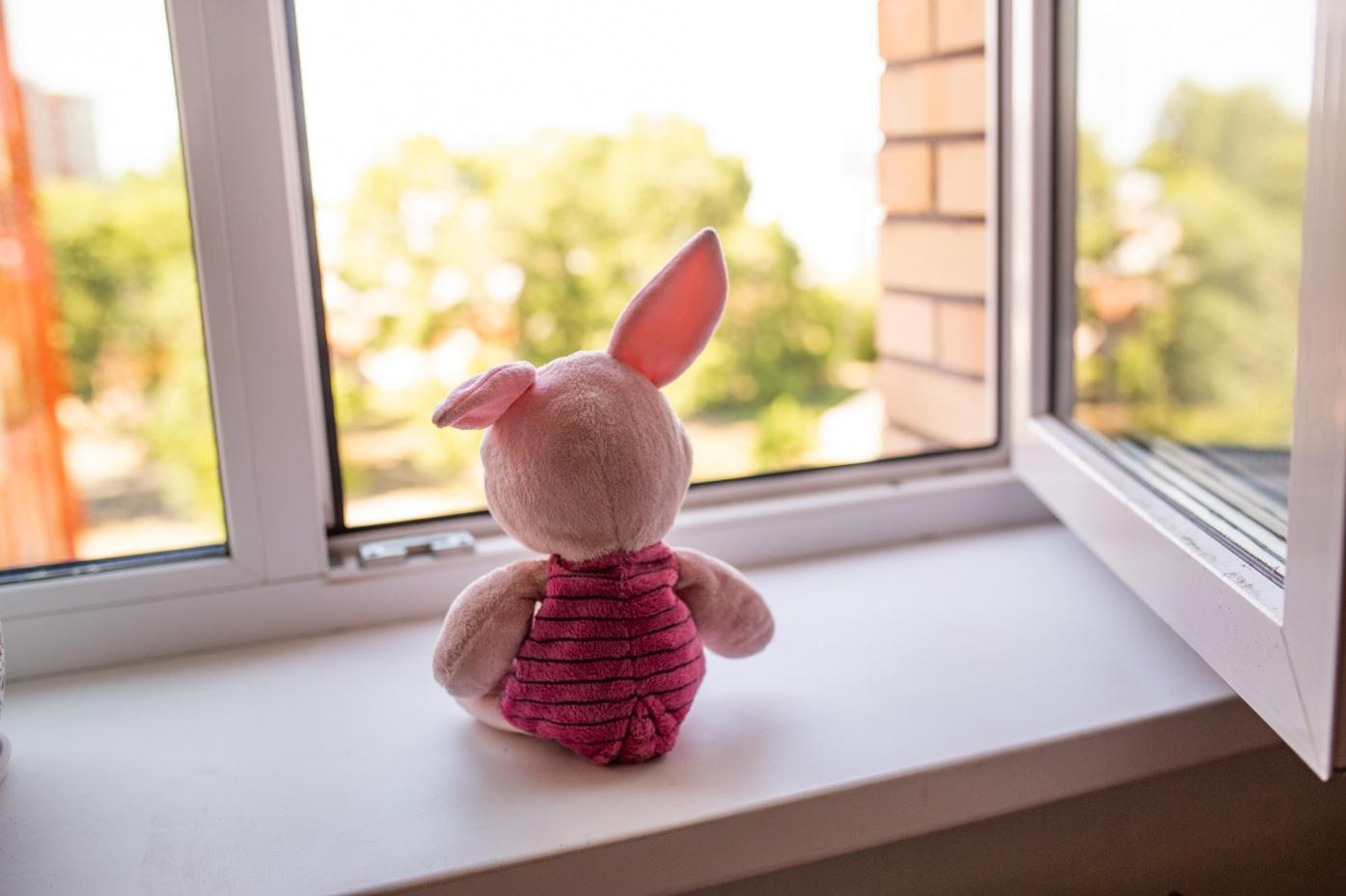 В Рыбинске из окна третьего этажа выпал малыш