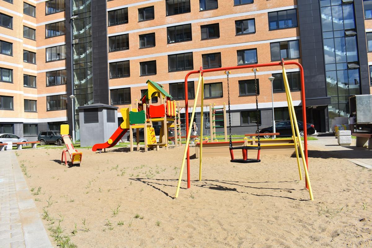 В Ярославле железные качели упали, когда на них качался семилетний мальчик