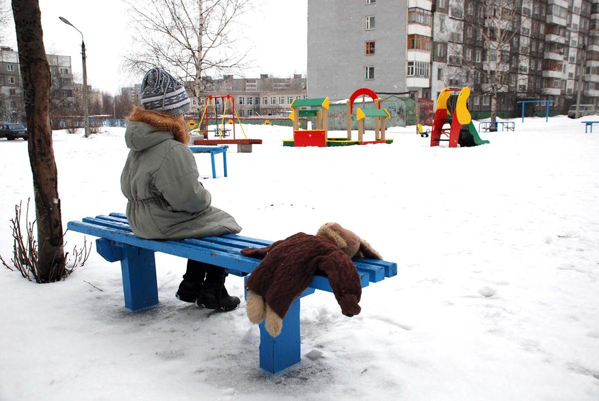 Беременная многодетная жительница Ярославской области задушила колготками мужа, напавшего на ее сына