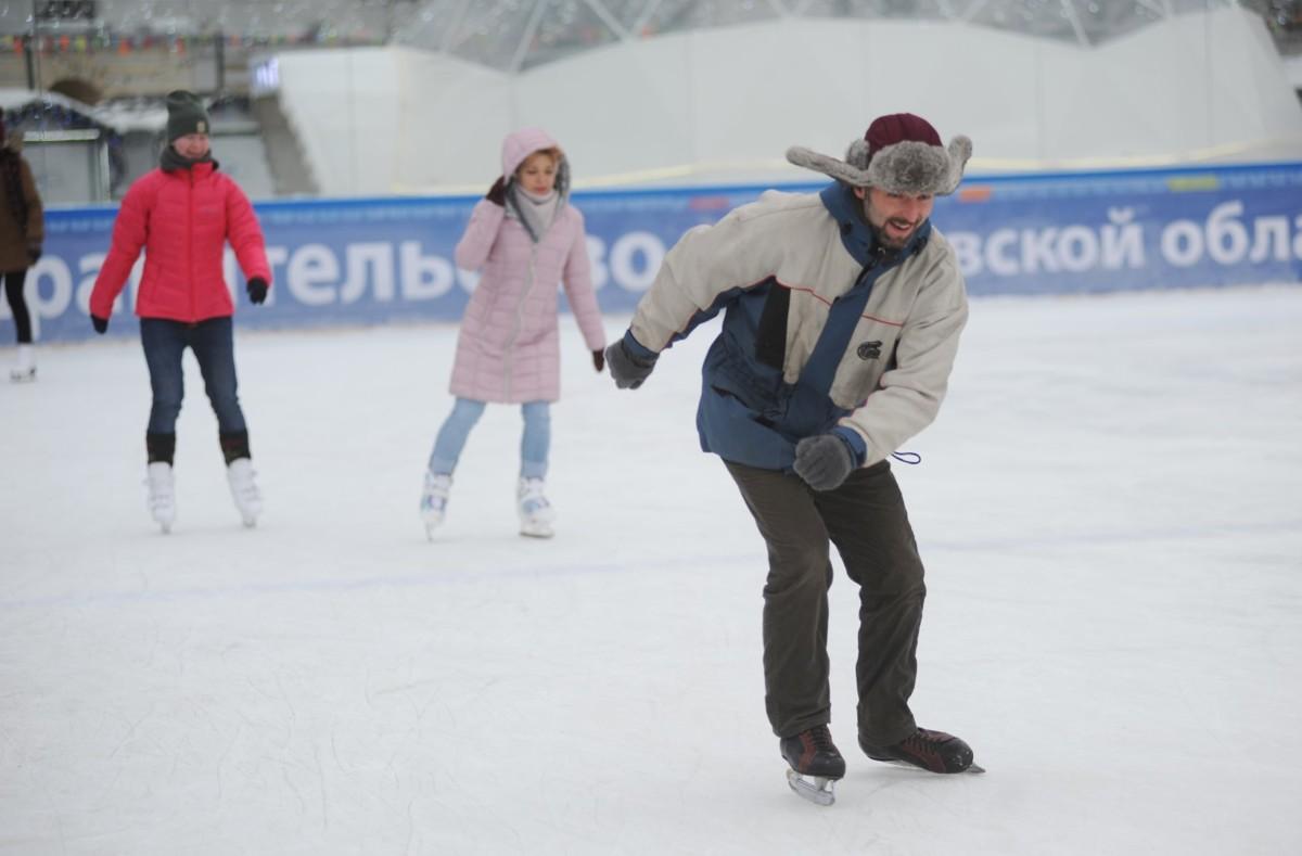 Не зимняя погода: в Ярославле закрывают уличный каток