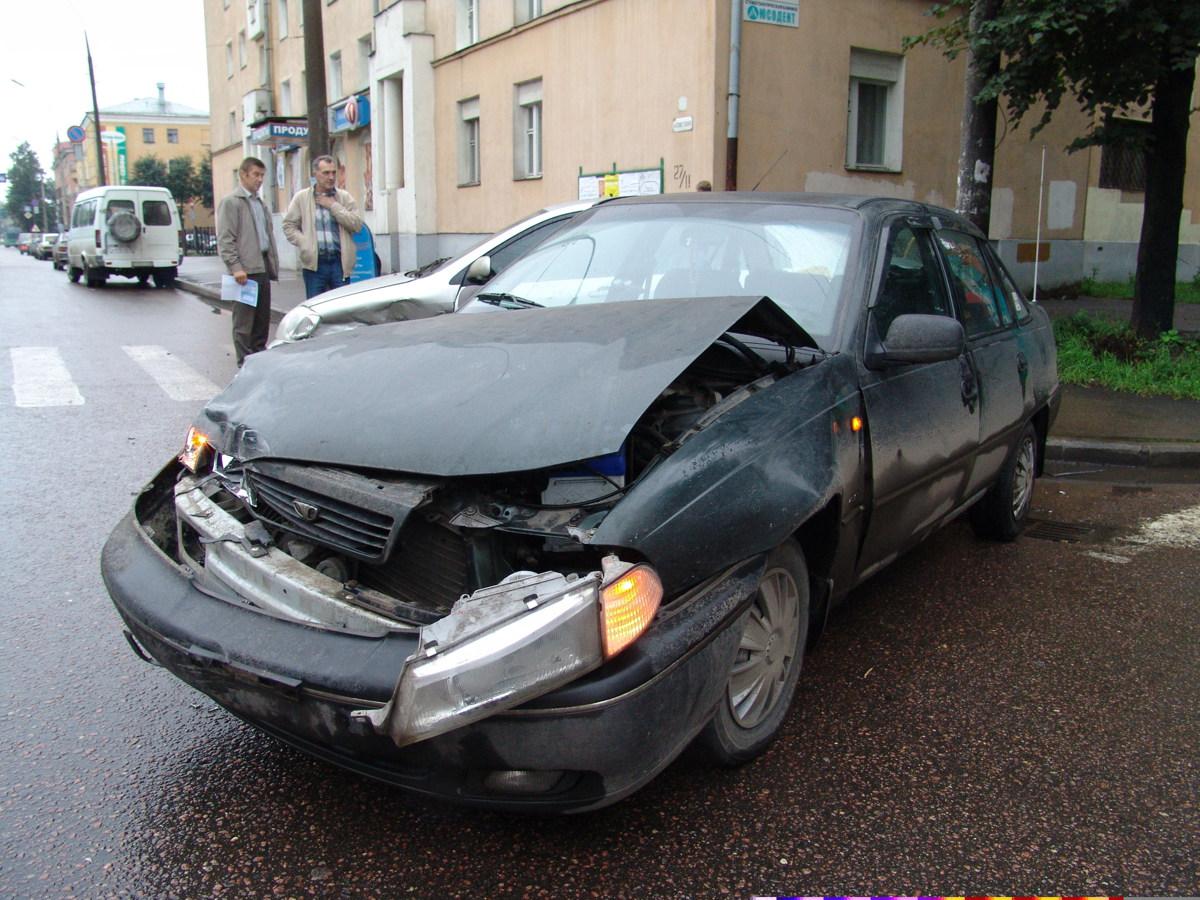 Ярославец из ревности разбил машину нового парня своей бывшей девушки