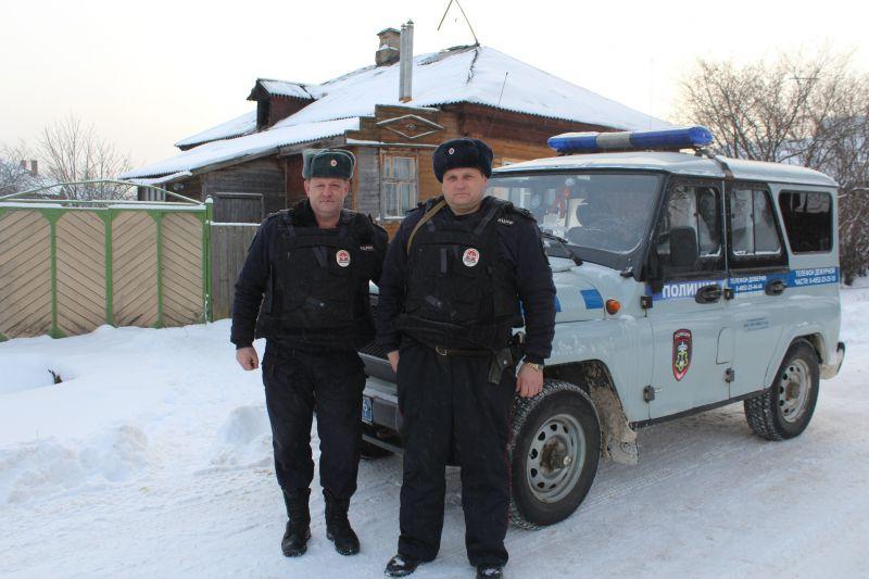 Сотрудники полиции спасли из огня 100-летнюю жительницу Данилова