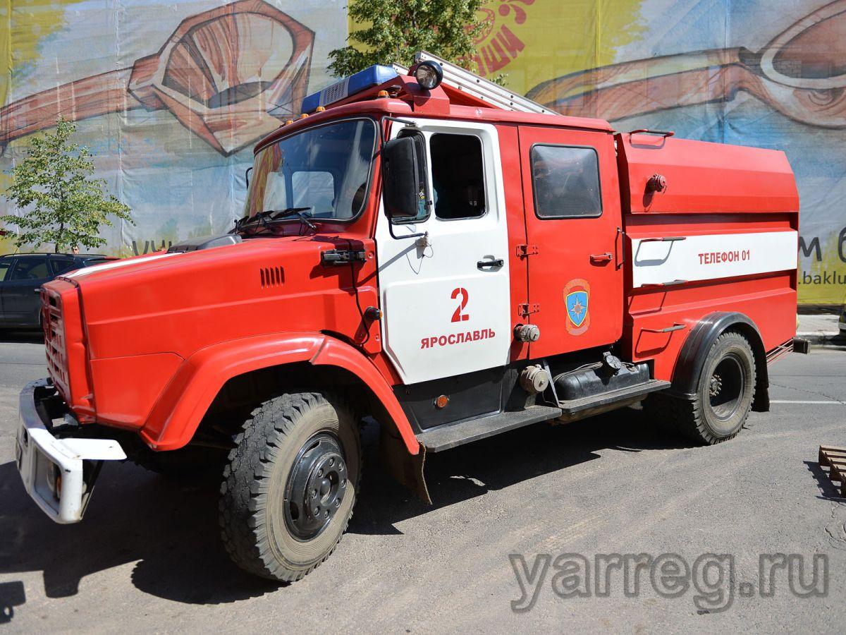 В Ярославле к дому-интернату приехало 10 пожарных машин