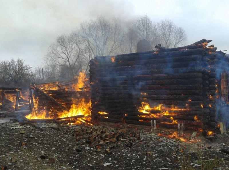 На улице Кирова в Угличе сгорело деревянное здание