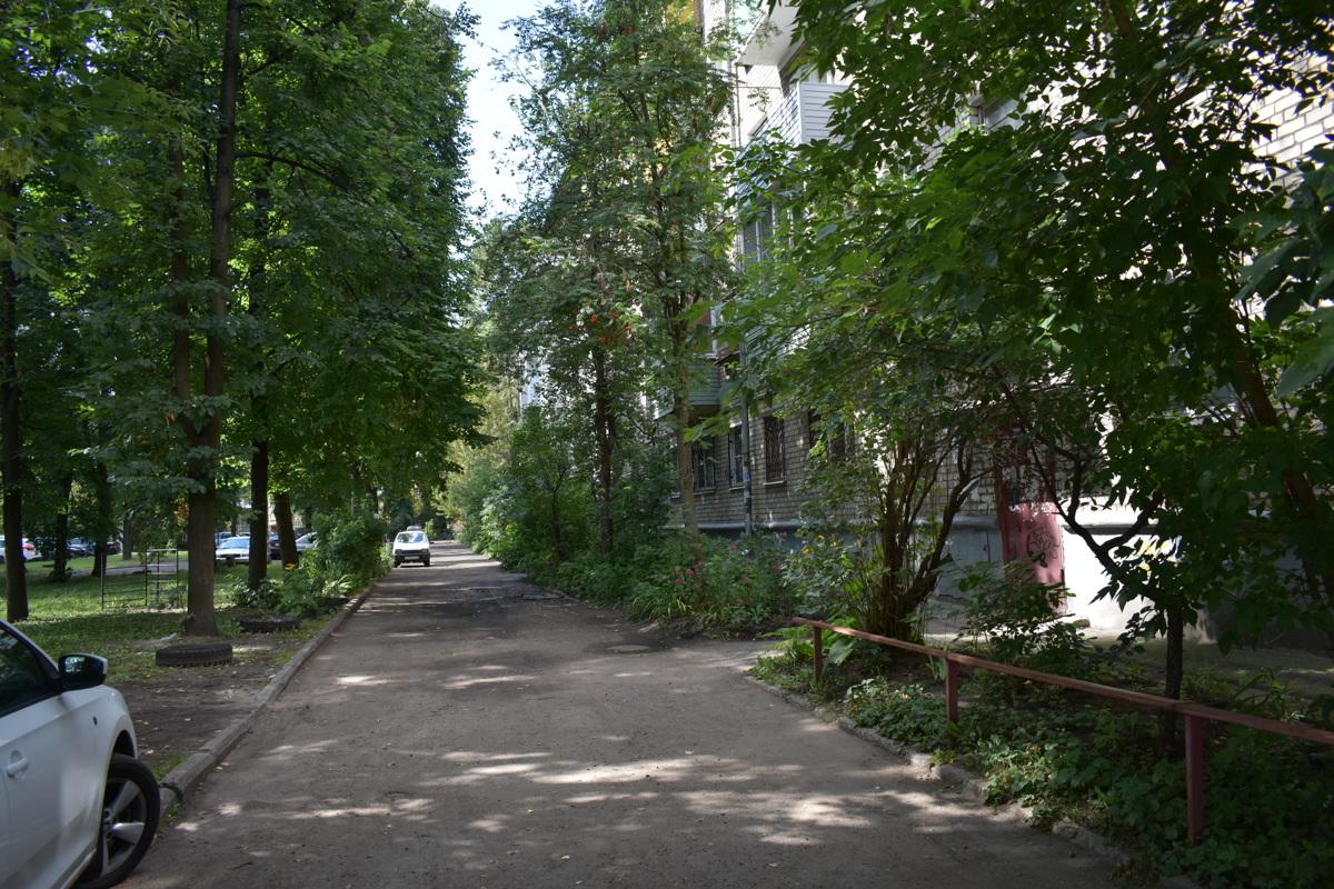 В одном из дворов Ярославля двухлетний ребенок попал под колеса автомобиля