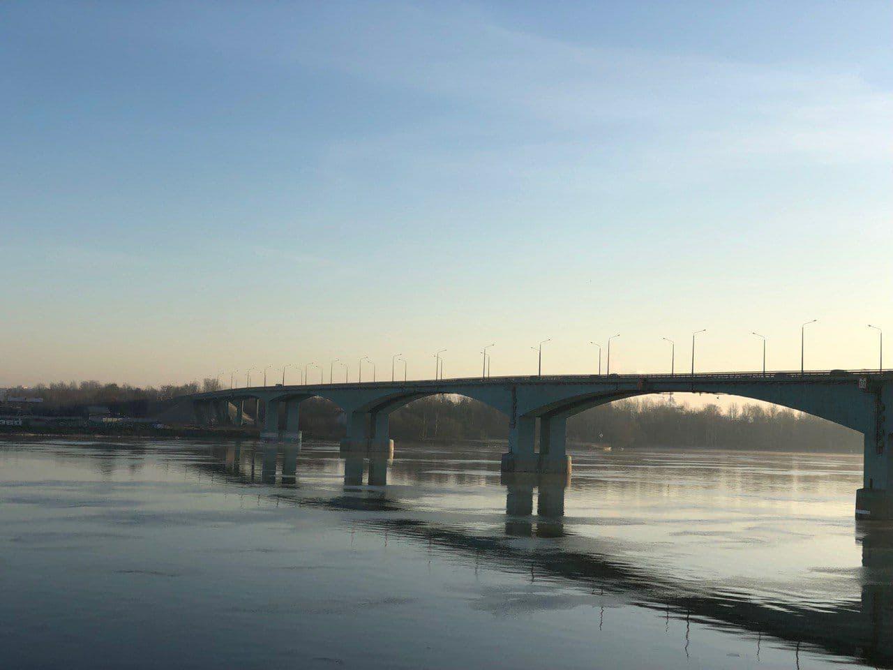 На Октябрьском мосту в Ярославле полицейские спасли мужчину