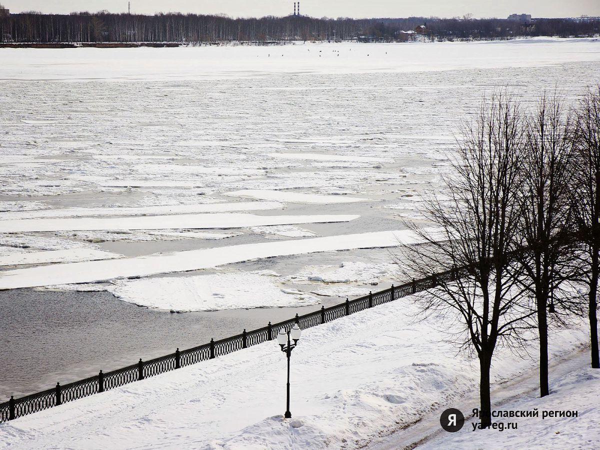 На водоемах Ярославля устанавливают знаки «Выход на лед запрещен»